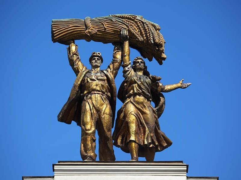 全俄展览中心著名的金属雕像:工人和集体农庄女社员